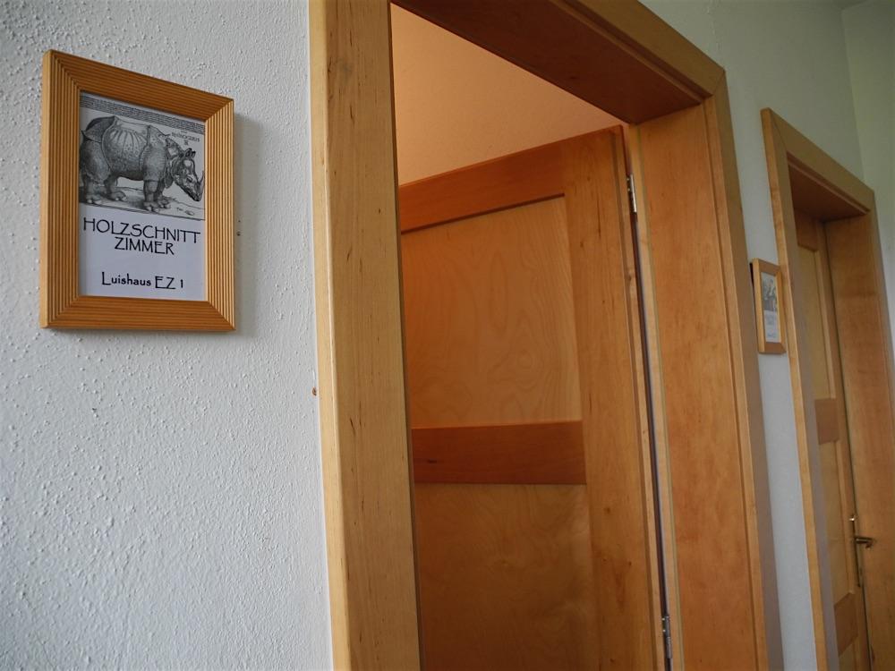 Luishaus / Holzschnitt Zimmer Schild