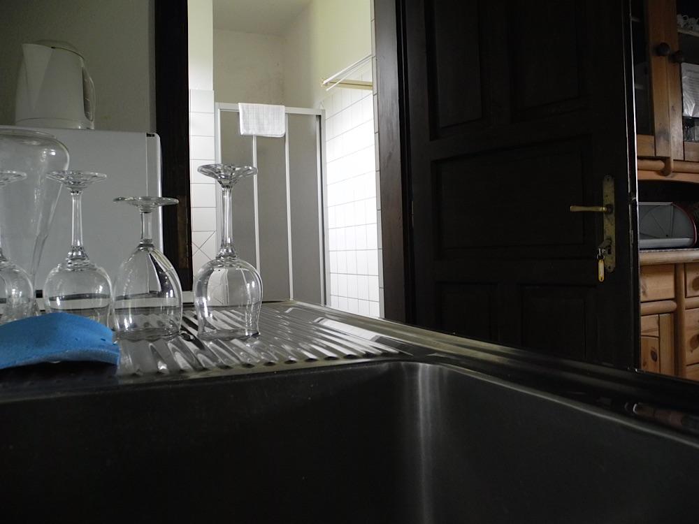 Gläser und Dusche im Zweggerlhaus